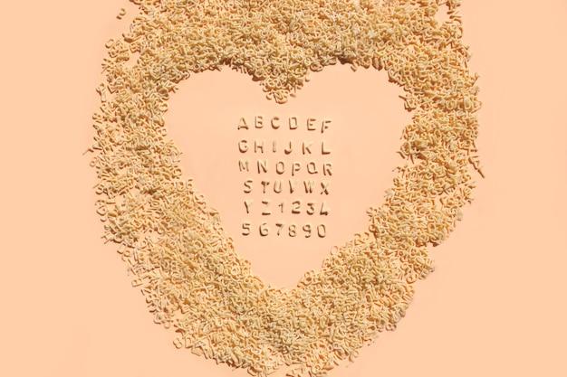 Buchstaben des alphabets von teigwaren für mahlzeiten der kinder.