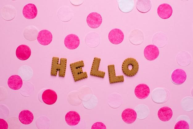 Buchstaben kekse hallo mit konfetti auf pink
