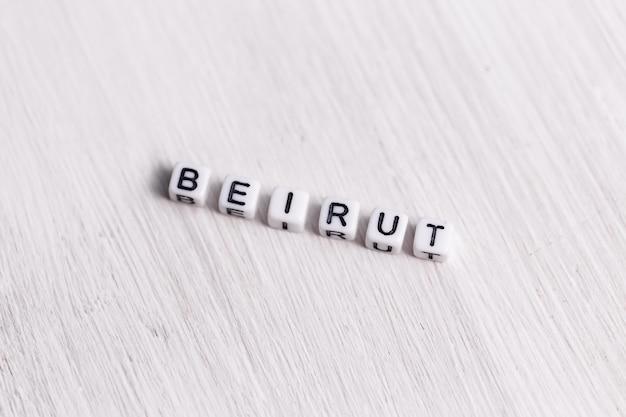 Buchstabenblock im wort beirut auf weißem holzhintergrund. libanon-konzept.