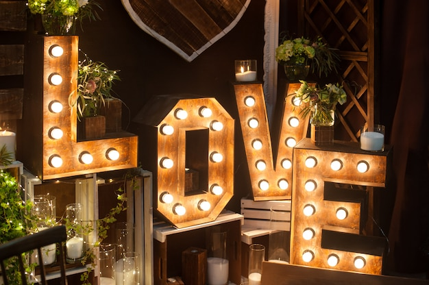 Buchstabenliebe mit lichtern im innenraum