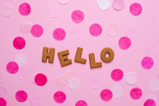 Buchstabeplätzchen hallo mit konfettis auf rosa