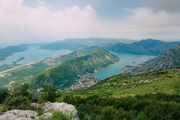 Bucht von kotor aus der höhe blick vom berg lovcen auf die bucht