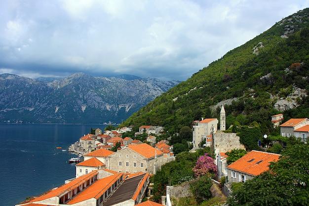 Bucht von kotor und malerische landschaft der altstadt im sommer. montenegro.