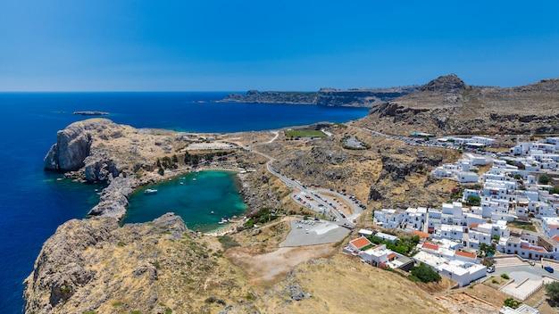 Bucht von st. paul. blick von der akropolis der stadt lindos. rhodos, griechenland