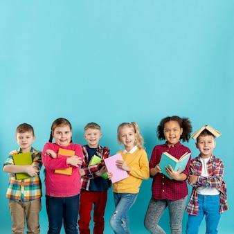 Buchtag mit einer gruppe von kindern