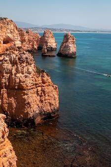 Buchten und klippen in ponta da piedade, dem berühmtesten ort der algarve in portugal