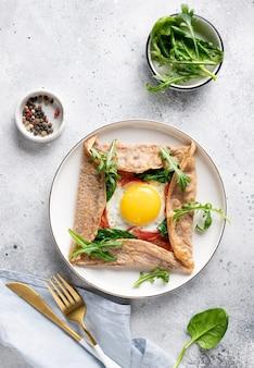 Buchweizen-crêpe-galette mit ei, schinken und spinat. traditionelles französisches gericht