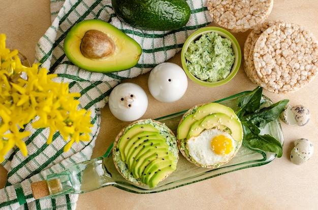 Buchweizen-knäckebrot mit hüttenkäse, spinat und avocado