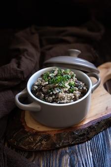 Buchweizen mit pilzen und frühlingszwiebeln