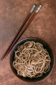 Buchweizen-soba-nudeln - ein traditionelles gericht der asiatischen küche.