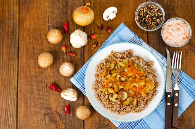 Buchweizenbrei mit zwiebeln, karotten und pilzen.