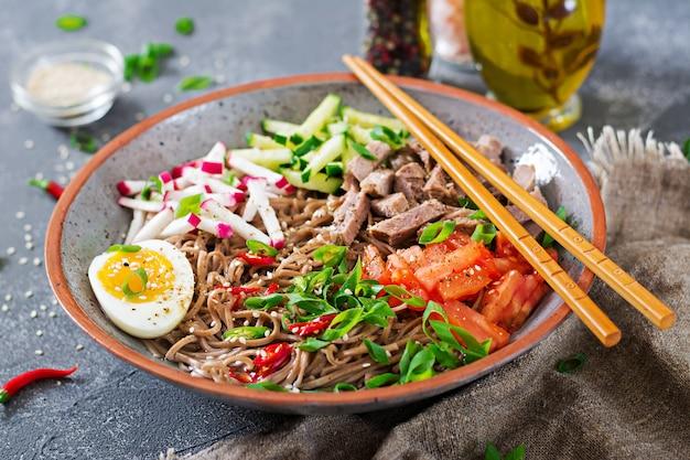 Buchweizennudeln mit rindfleisch, eiern und gemüse. koreanisches essen. buchweizennudelsuppe.
