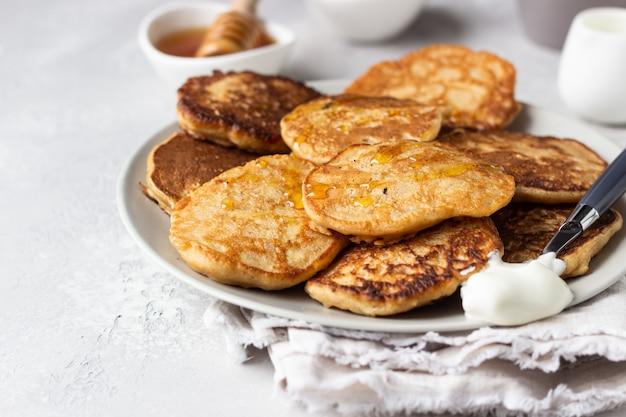Buchweizenpfannkuchen mit honig und sauerrahm