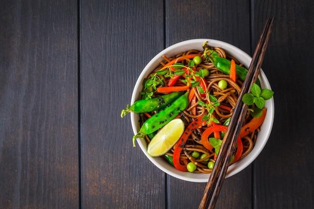 Buchweizensoba-nudeln des strengen vegetariers mit gemüse, draufsicht.