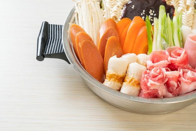Budae jjigae oder budaejjigae (armee-eintopf oder armee-basis-eintopf). es ist voll mit kimchi, spam, würstchen, ramen-nudeln und vielem mehr - dem beliebten koreanischen hot-pot-food-stil