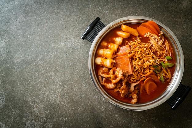 Budae jjigae oder budaejjigae (armeeeintopf oder armeestützpunkteintopf). es ist vollgepackt mit kimchi, spam, würstchen, ramen-nudeln und vielem mehr - beliebter koreanischer hot-pot-food-stil