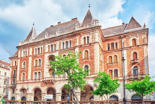 Budapest, hangary-mai 02, 2016: dreschler palace - wunderschönes gebäude vor der oper in budapest. straßenansicht mit leuten.