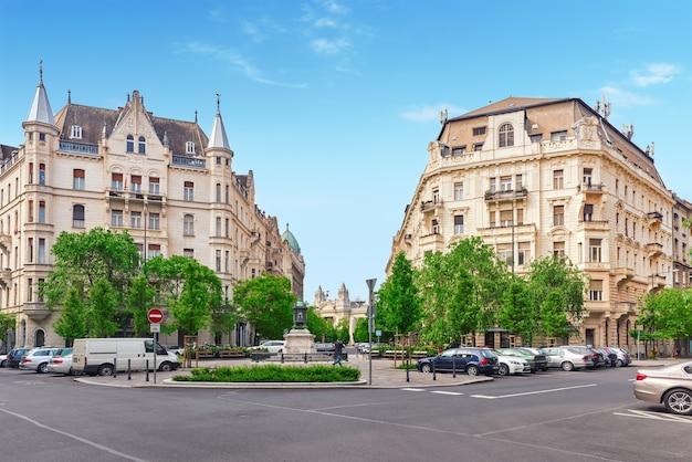 Budapest, hangary-may 04, 2016: schöne landschaft und stadtansicht von budapest, eine der schönen stadt: straße, völker auf der straße, historische und moderne gebäude.
