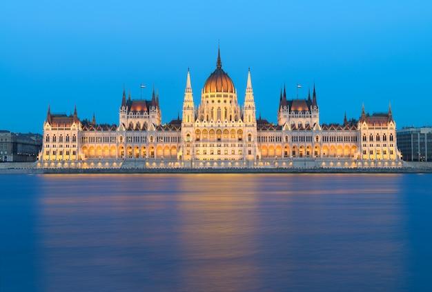 Budapest, parlamentsgebäude bei nacht