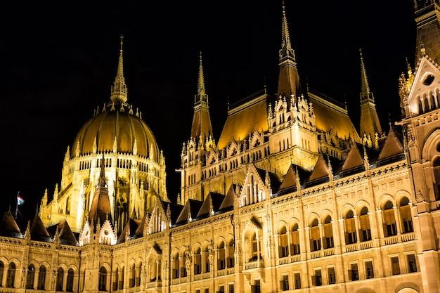 Budapest-parlamentsgebäude nachts mit dunklem himmel