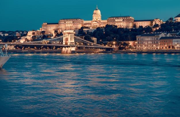 Budapest-schloss und berühmte kettenbrücke in budapest nachts