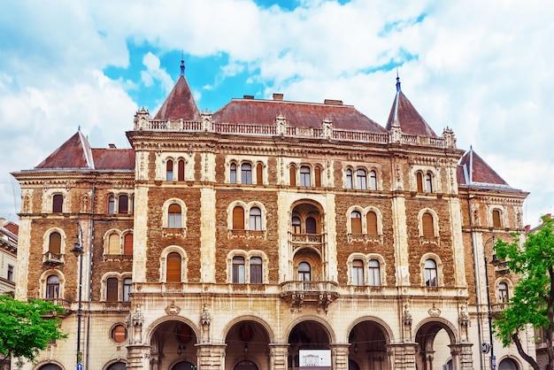 Budapest, ungarn, - 2. mai 2016: dreschler palace - wunderschönes gebäude vor der oper in budapest, menschen, autos auf der straße. ungarn.