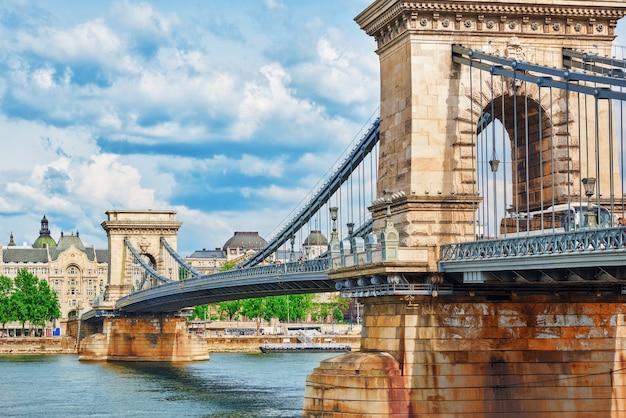 Budapest, ungarn - 2. mai 2016: szechenyi-kettenbrücke - eine der schönsten brücken von budapest, ungarn.
