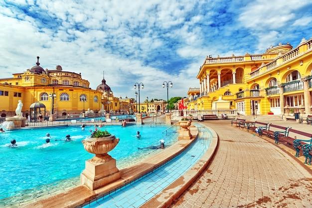 Budapest, ungarn - mai 05,2016: innenhof der szechenyi-bäder, ungarischer thermalbadkomplex und spa-behandlungen.
