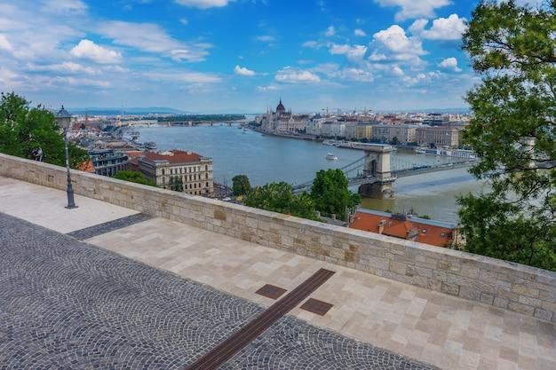 Budapest vor dem hintergrund der wolken in ungarn.
