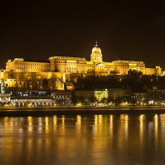 Budapester burg bei nacht an der donau