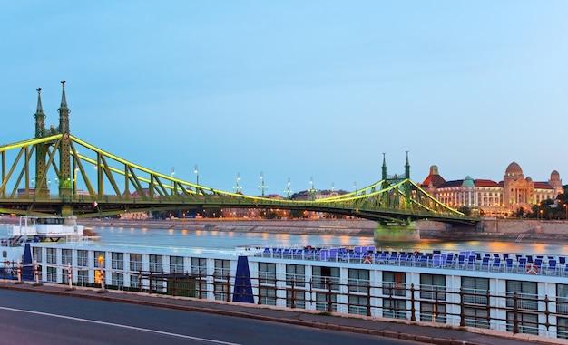Budapester nachtansicht. lange exposition. ungarische wahrzeichen, freiheitsbrücke und gellert hotel palace.