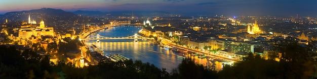 Budapester nachtpanoramablick. langzeitbelichtung (bäume im vordergrund unscharf und einige in bewegungsunschärfe).