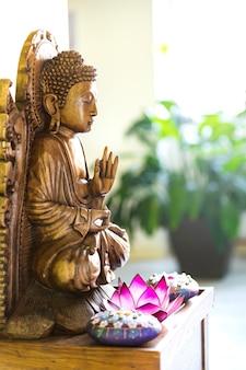 Buddah statue zu hause. innenarchitektur friedlich und gesund. süßes zuhause.