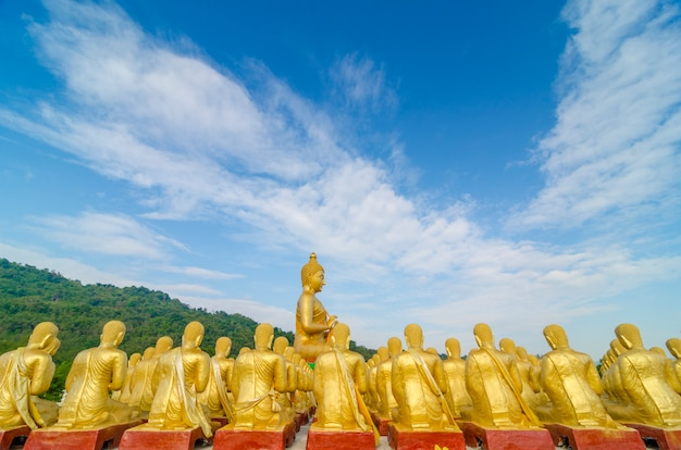 Buddha-bild mit 1250 schülerstatue, nakhonnayok, thailand