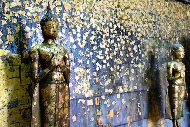 Buddha gefüllt mit blattgold zeigt die hingabe der buddhisten.