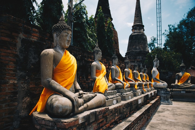 Buddha-hintergrund einiger skulpturen der tempel im norden von thailand in der alten stadt von ayuthaya