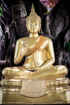Buddha im thailändischen tempel