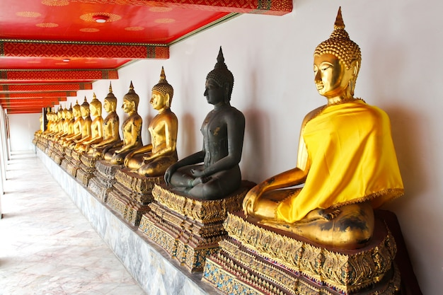 Buddha in wat pho temple sequentiell schön in bangkok