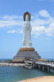 Buddha-kulturstatue der göttin guanyin nanshan auf hainan-insel in china auf ozean