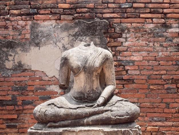 Buddha mit alter backsteinmauer ayutthaya, thailand