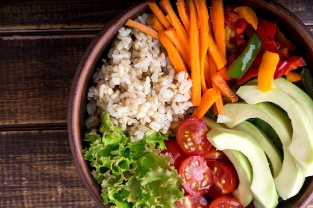 Buddha-schüssel des strengen vegetariers auf hölzernem hintergrund. ansicht von oben. vegetarisches, gesundes, detoxlebensmittelkonzept.