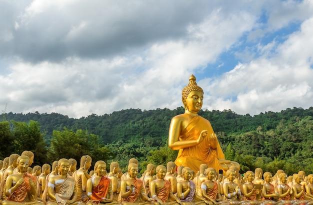 Buddha-statue 1.250, geschichte buddhistischen parks atmagha-puja erinnerungs, nakhon nayok, thailand