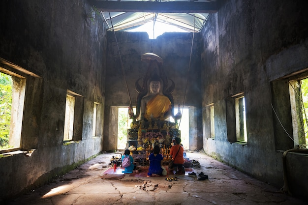 Buddha-statue am wat somdej, sangkhlaburi