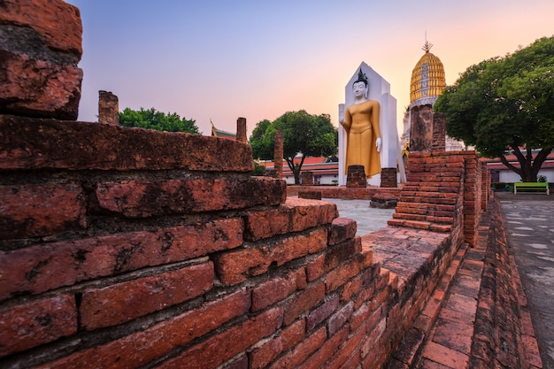 Buddha-statue bei sonnenuntergang sind buddhistische tempel im wat phra si rattana mahathat umgangssprachlich auch als wat yai bezeichnet ist ein buddhistischer tempel es ist eine wichtige touristenattraktion in phitsanulok, thailand.