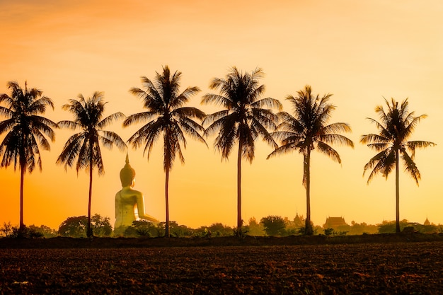 Buddha-statue bei wat muang ang thong mitten in dem reisfeld
