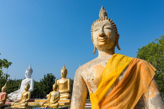 Buddha-statue bei wat phai rong wua