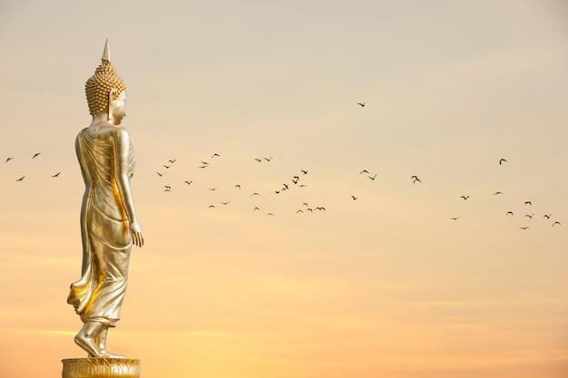 Buddha-statue, die bei wat phra that khao noi, nan province, thailand steht