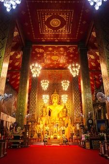 Buddha-statue im wat phra that hariphunchai