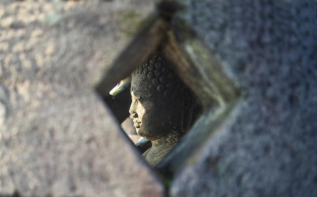 Buddha-statue innerhalb der pagode im borobudur-tempel, indonesien