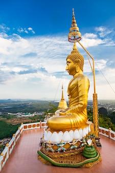 Buddha-statue mit schönheitshimmelhintergrund
